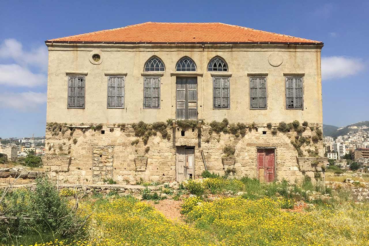 Byblos antik kentinin içinde eski bina.