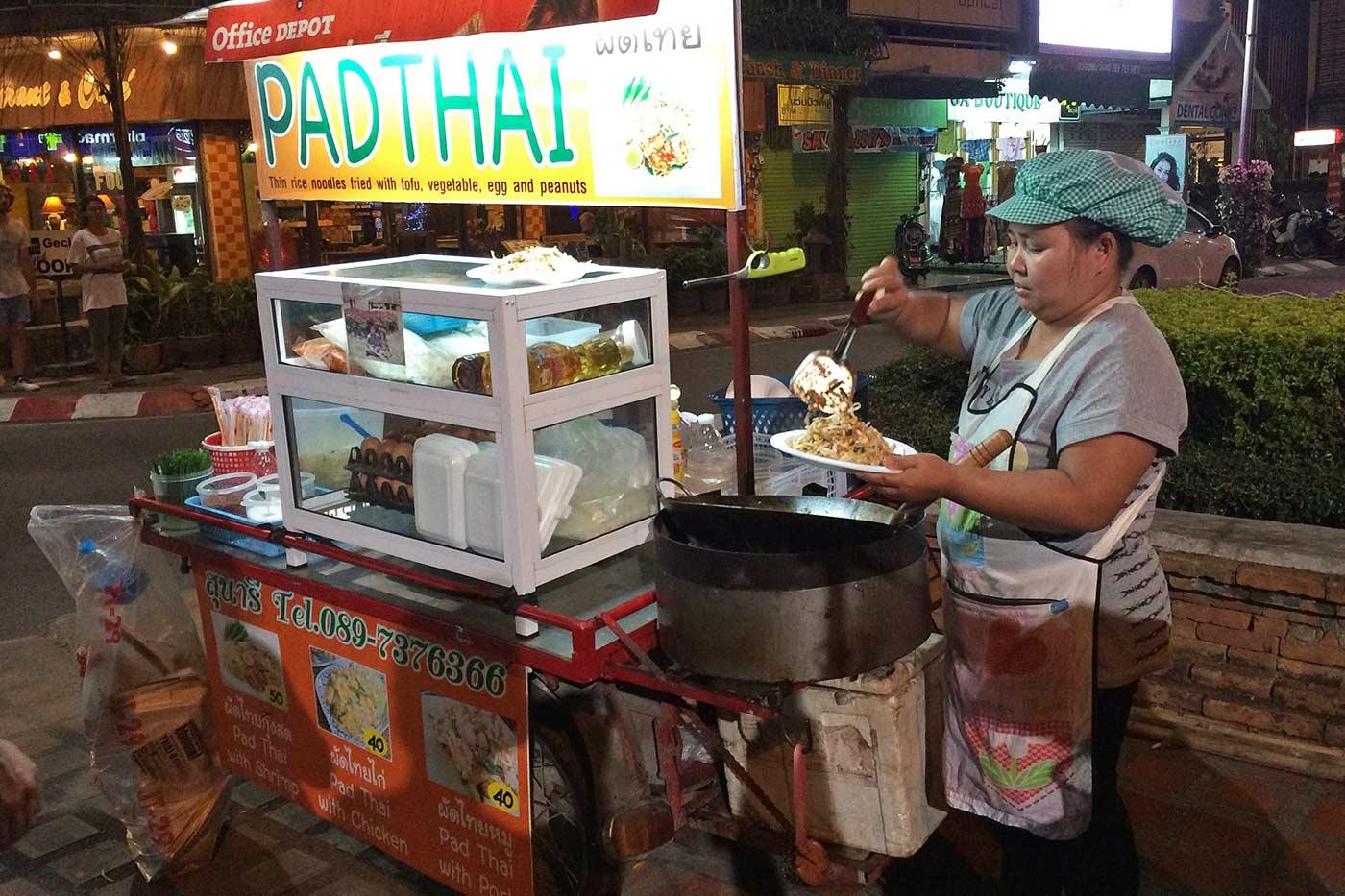 Chiang Mai'daki favori Pad Thai yapan sokak satıcım