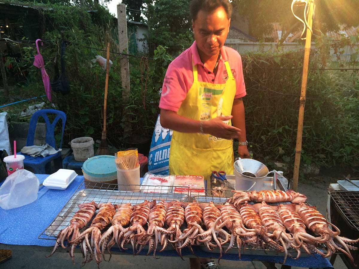 Koh Chang'da sokak satıcılarının olduğu sokakta mest oluyoruz. Tayland, live Love Thank