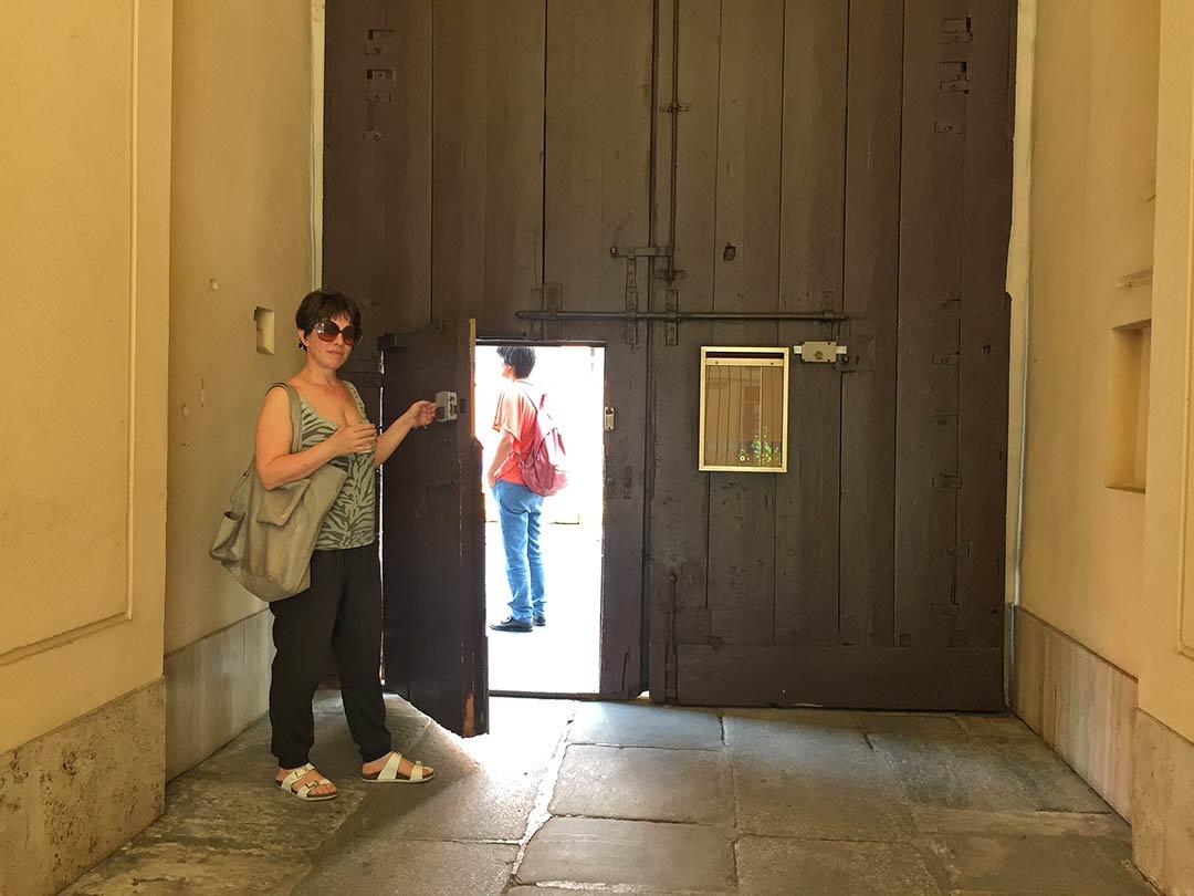 Airbnb'den tuttuğumuz avluya giriş kapısı