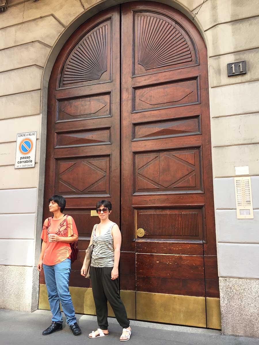 Airbnb'den tuttuğumuz avluya giriş kapısı, Milano