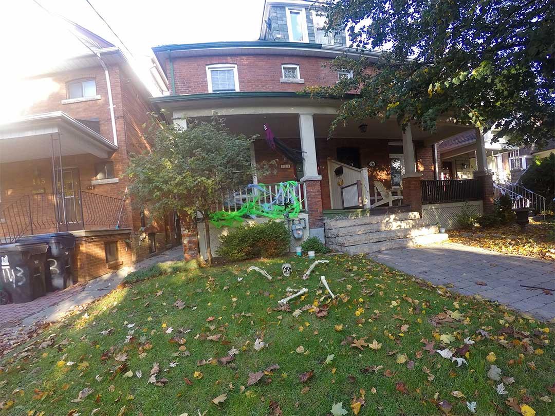 Cadılar bayramında bahçesinde kurulafalı ev. Halloween Toronto