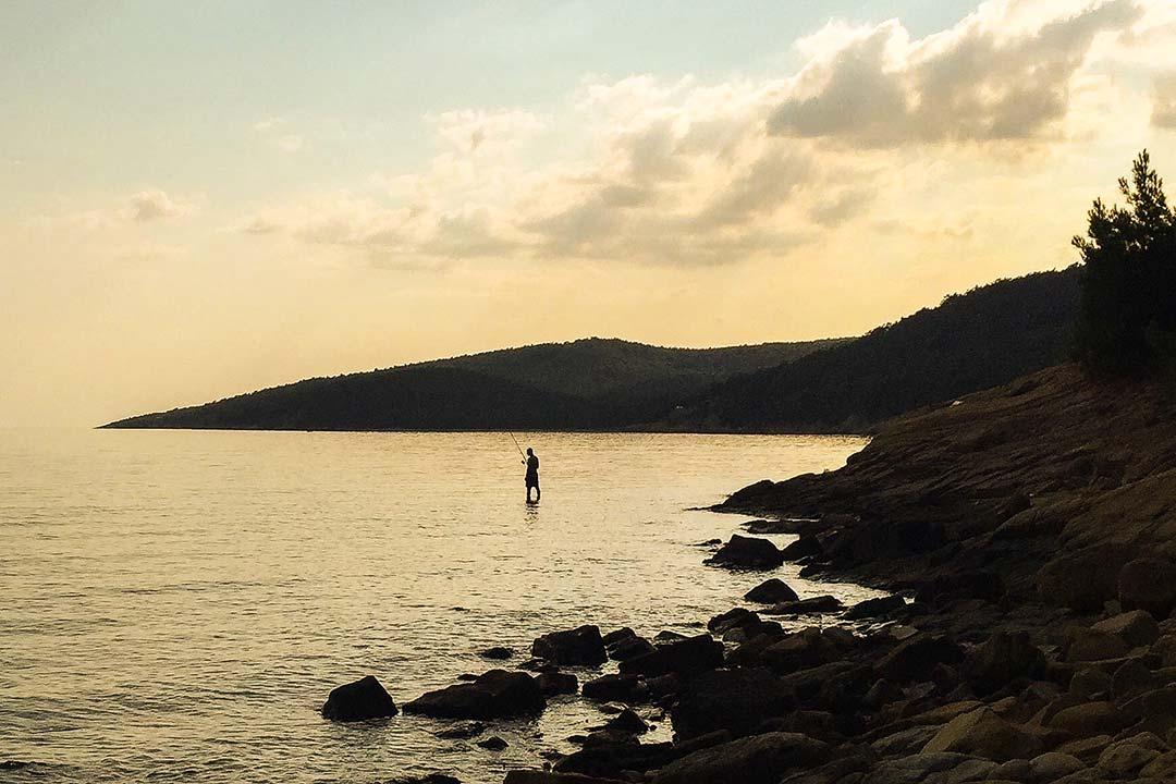 Gökçetepe, gün batımında balıkçı