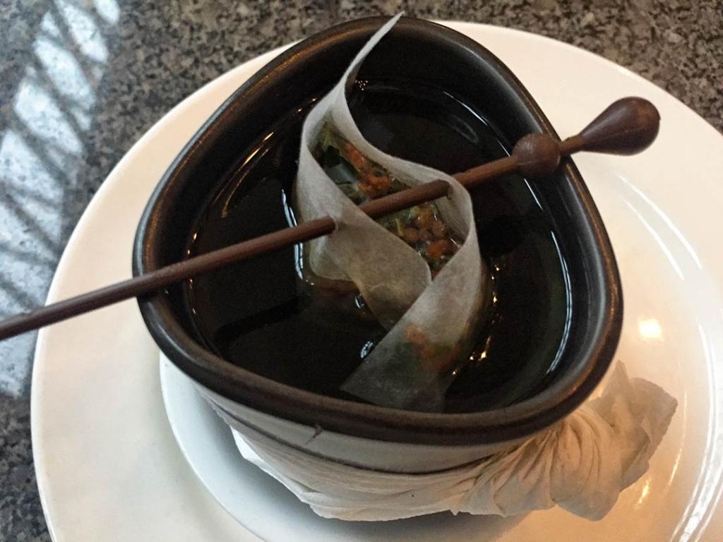 Çok kültürlü Kanada'da Thai restoranında çay servisi