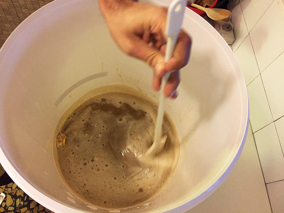 Kuru malt özünü ılık suda eritiyoruz. Buğday birası yapımı