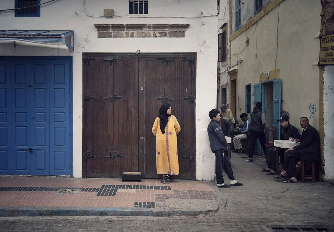 Bir kadın dükkan sahibini bekliyor/A Woman is waiting for the Shop Owner Essaouira, Morocco/Fas