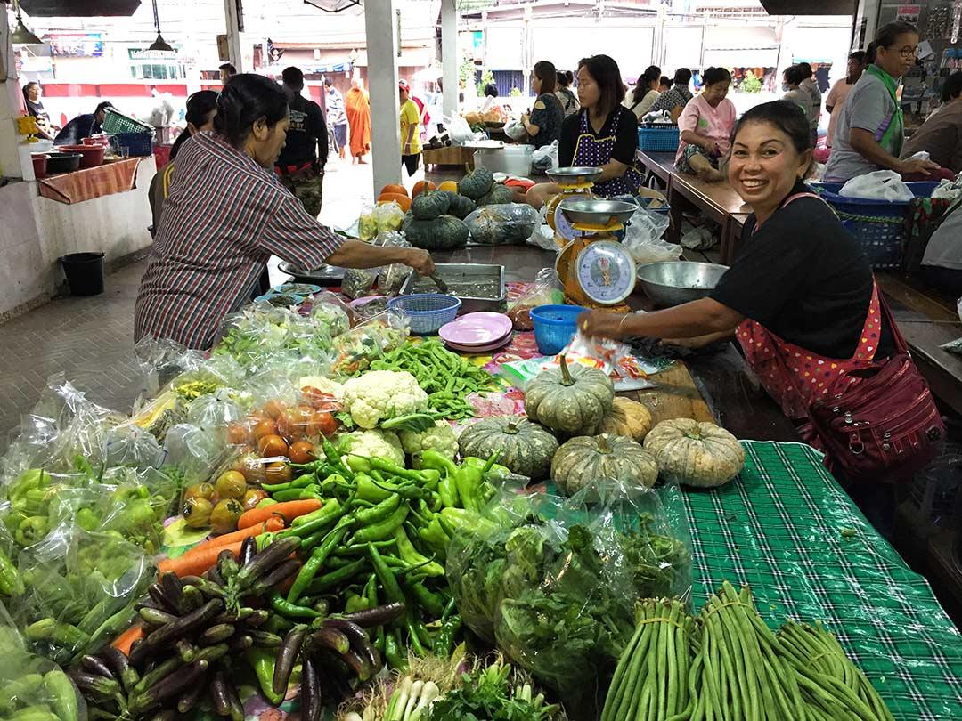 Sabah pazarı, Sukhothai Tayland. Arabayla Tayland turu