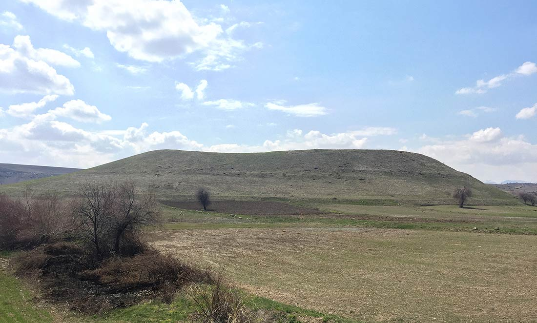 Kilistra yolu üstündeki büyük höyük