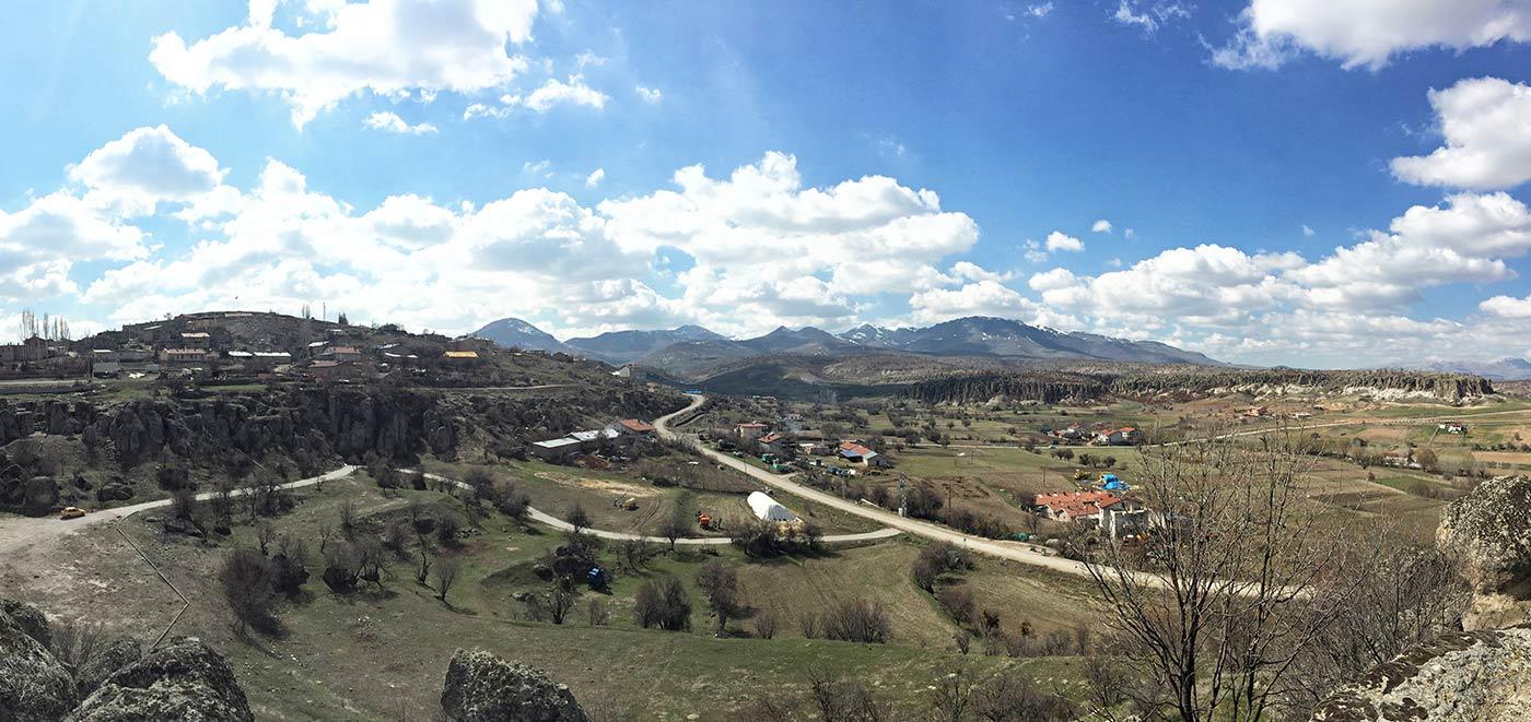 Kilistra'nın arkadasından Alisumas dağı tüm heybetiyle duruyor