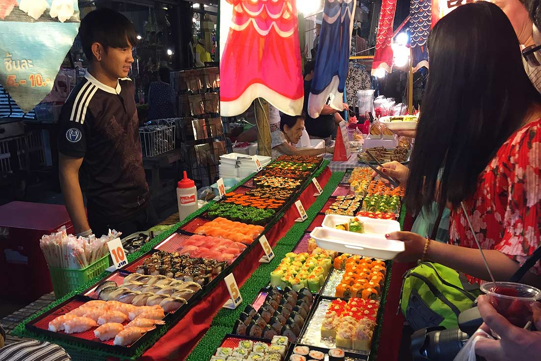 Chiang Mai'da bir Wat (tapınak) bahçesindeki satıcıda yediğim Sushi. Tayland Yemek yemekleri ne yenir
