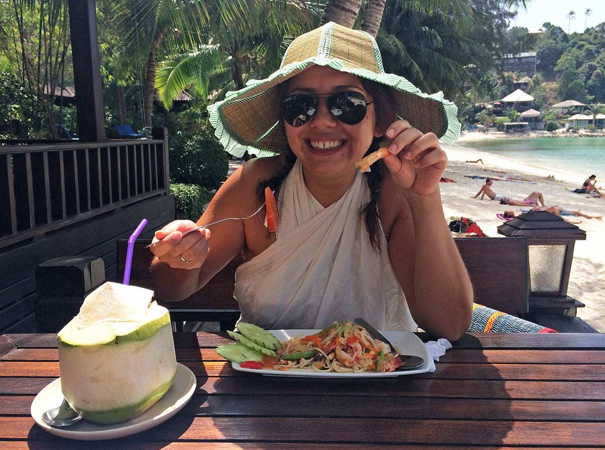 Petek Koh Phangan'da papaya salad yiyor. tayland yemekleri