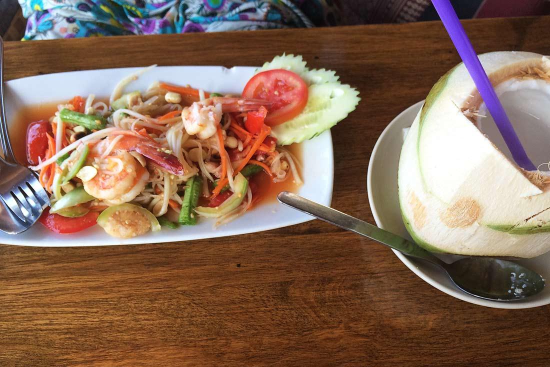 Petek Koh Phangan'da papaya salad yiyor. tayland yemekleri. Tayland'da yediğim en iyi 10 yemek
