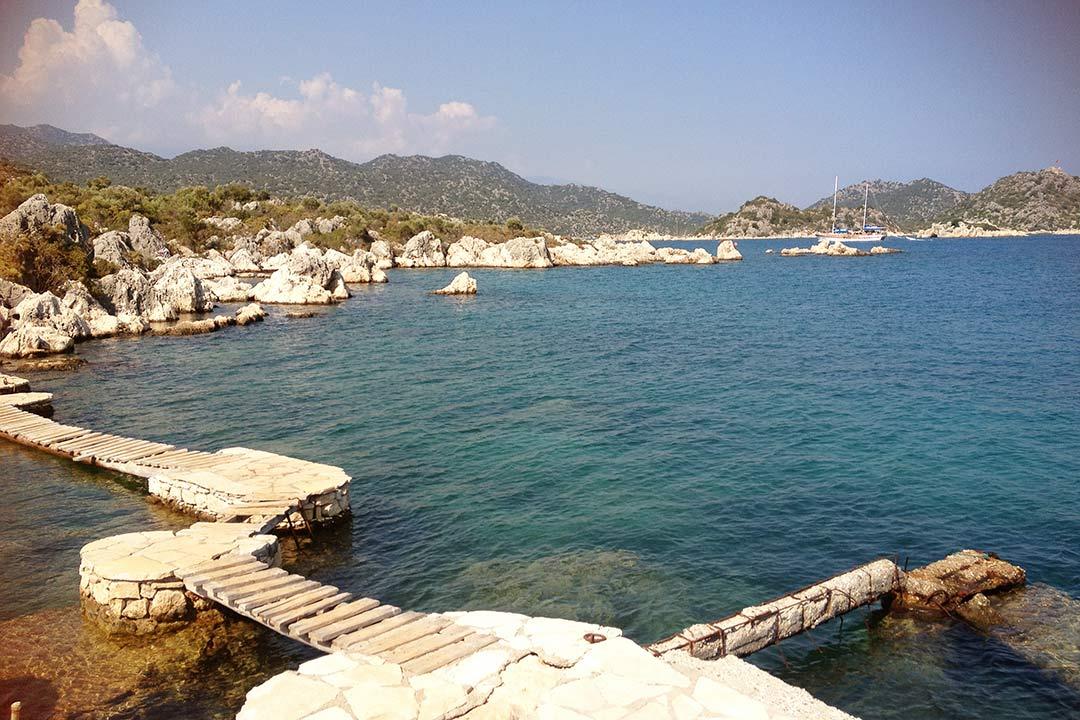 Üçağız'da bizi kayıkla bıraktıları terkedilmiş villanın iskelesinde takılıp denize girdik.