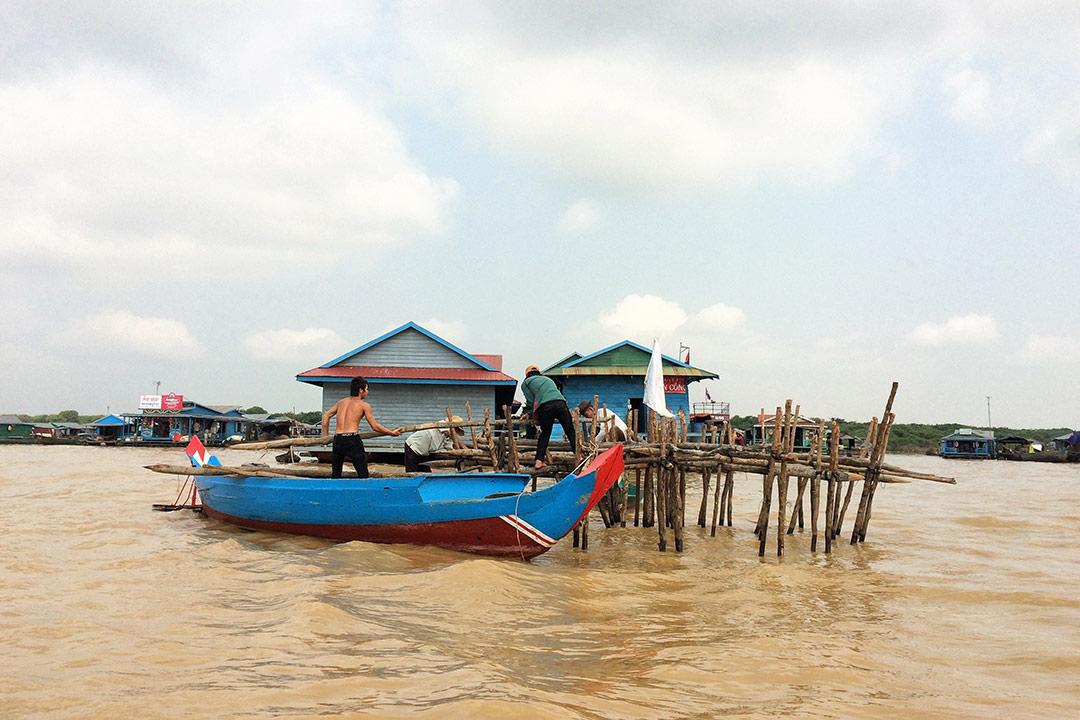Kayıkların üzerinde çalışan köylüler, Tonle Sap Yüzen köy Kamboçya