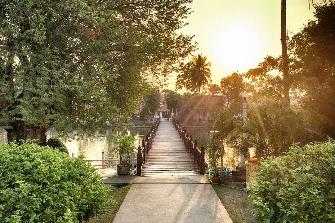 Buda'nın ayak izinin olduğu gölet çindeki küçük adaya giden köprü. Sukhothai