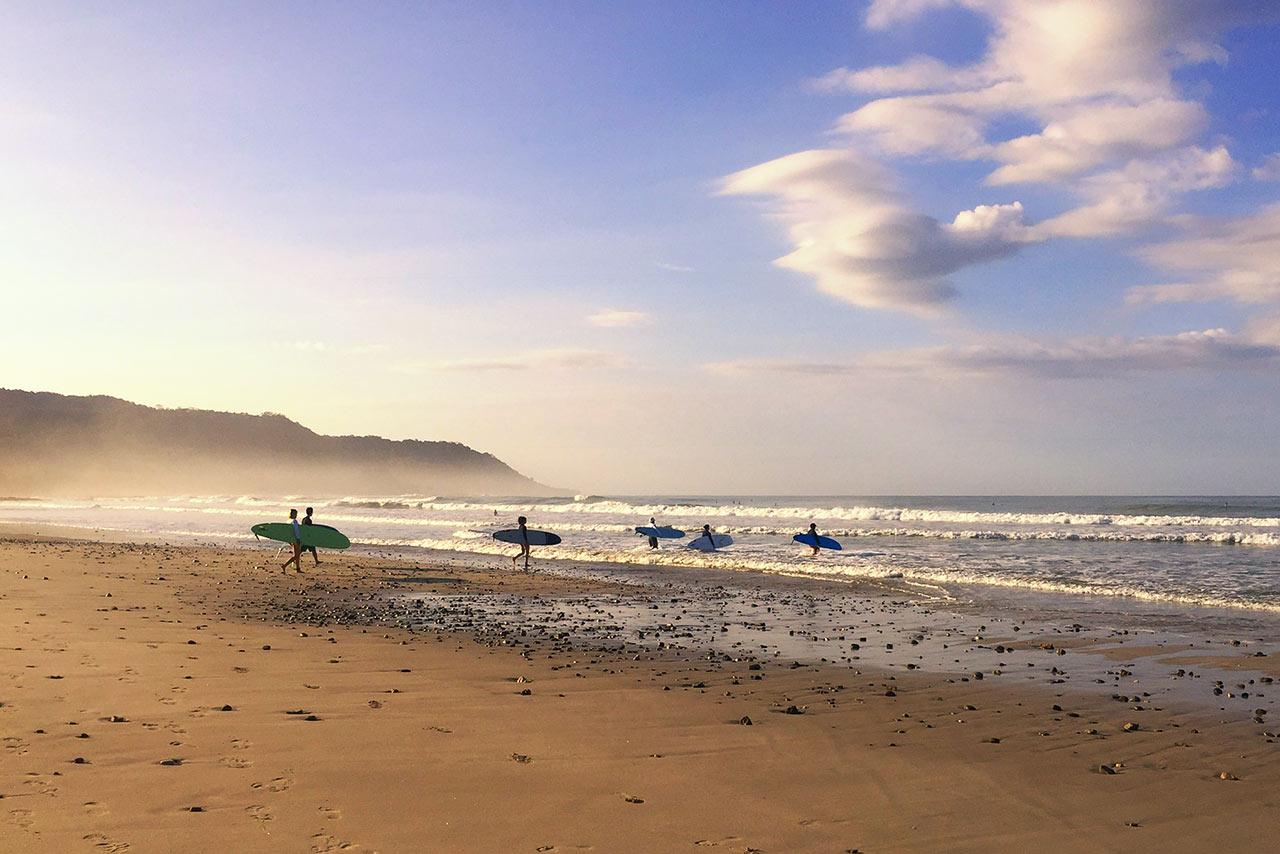 Dalgalara yürüyen sörfçüler, Santa Teresa